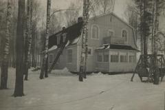Puinen asuinrakennus talvella
