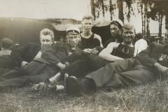 Miehiä nurmikolla