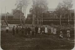 Pölläkkälän koululaisia työväentalon kentällä.