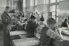Hionnanopiskelijoita Ahlströmin Karhulan lasitehtaalla