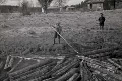Lapset uittamassa tukkeja, v. 1938, Nokia Oy, puunjalostusteollisuus