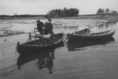 Tukkien uittajat veneessä v. 1938, Nokia Oy, puunjalostus
