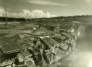 Miehiä kaivuutöissä